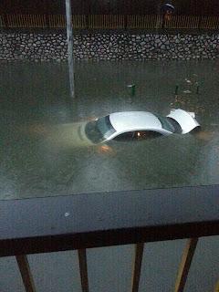 Hanya di Malaysia, Jangan tak percaya, atas tanah tak banjir tapi di atas flyover yang tinggi gila tu boleh banjir, Ini lagi satu gambar yang sempat kawan-kawan facebook post kepada kami pada 11/4/2013, Banjir di kuala lumpur, Erm, ni Kereta Selam ke
