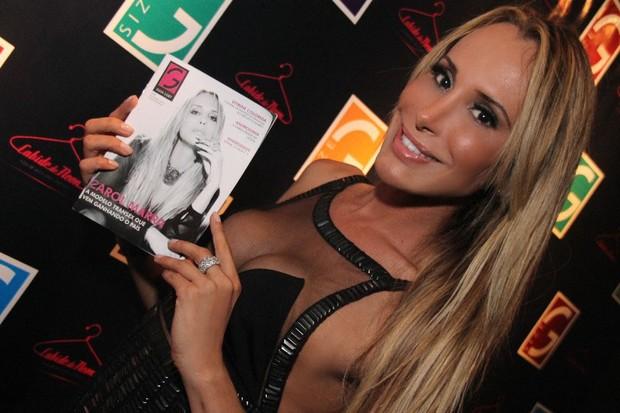 Carol Marra com a revista que a traz na capa (Foto: Divulgação)