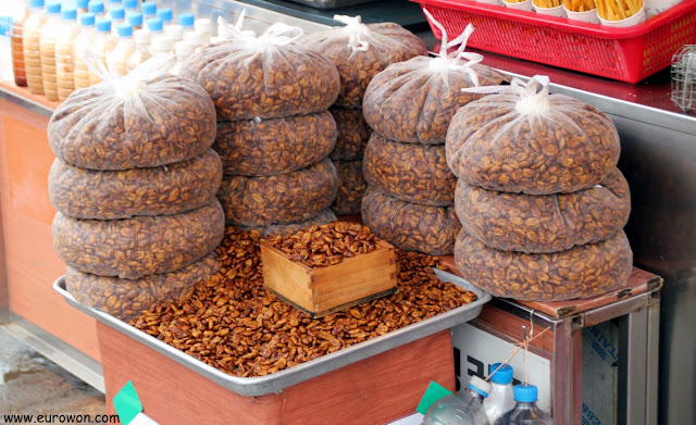 Larvas de beondegi crudas a la venta en un mercado coreano