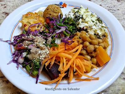 Espaço Natural Restaurante: Prato com opções do buffet