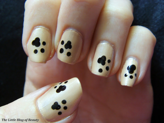 nail art - paw prints in sand