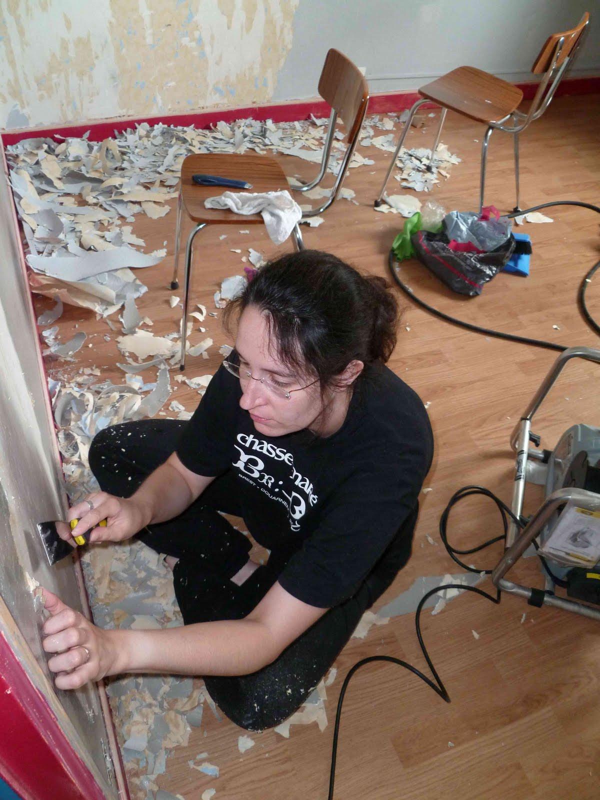 Maman mana maison travaux chapitre 2 - Enlever de la tapisserie facilement ...