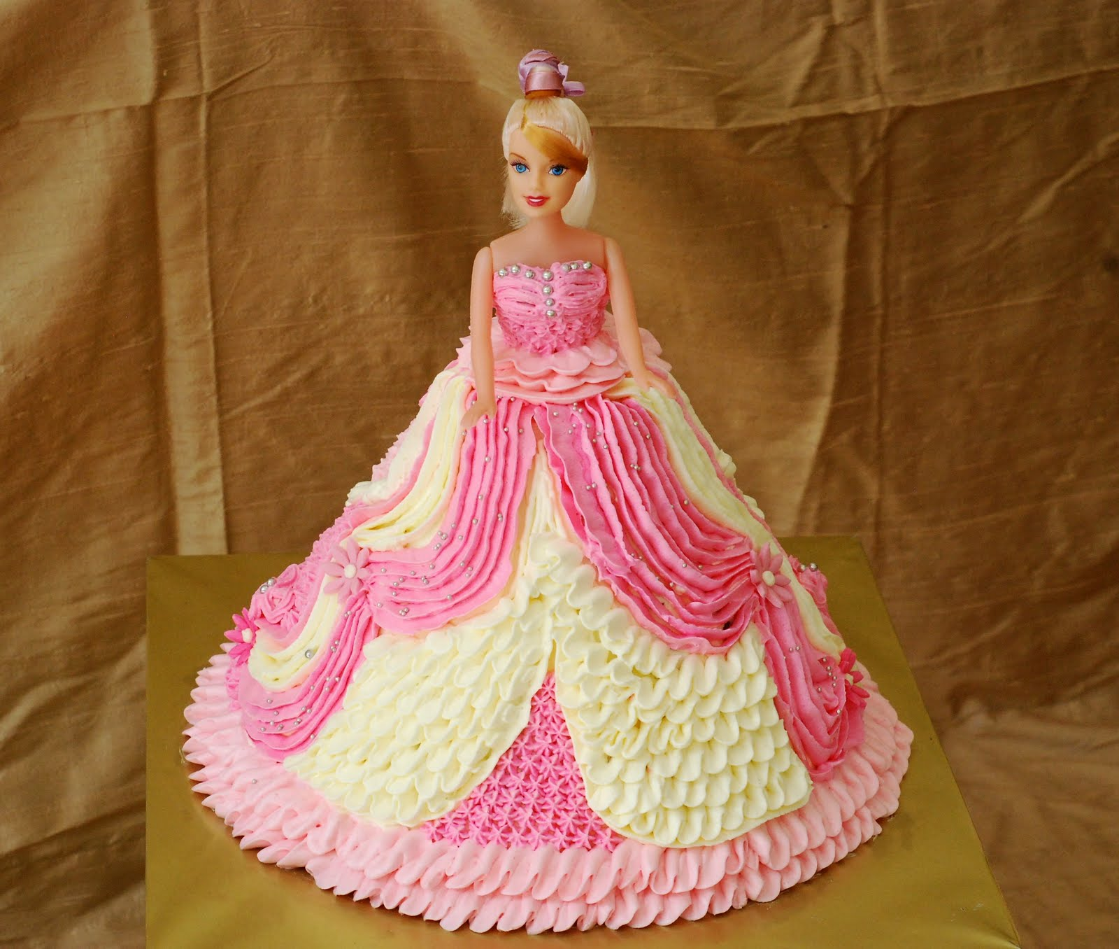 Images Of A Barbie Cake : Cupcakes Confetti: Barbie cake NO4