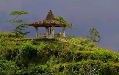 Pendopo gardu pandang di puncak Suroloyo Yogyakarta