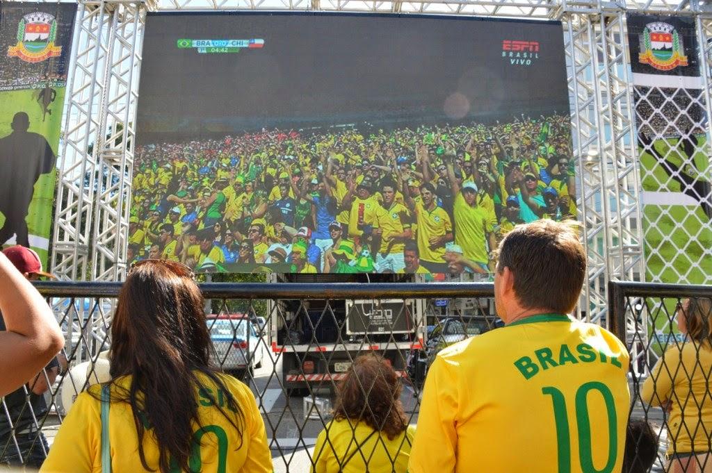Teresopolitanos aderem aos telões e lotam Parque Regadas para assistir jogo do Brasil