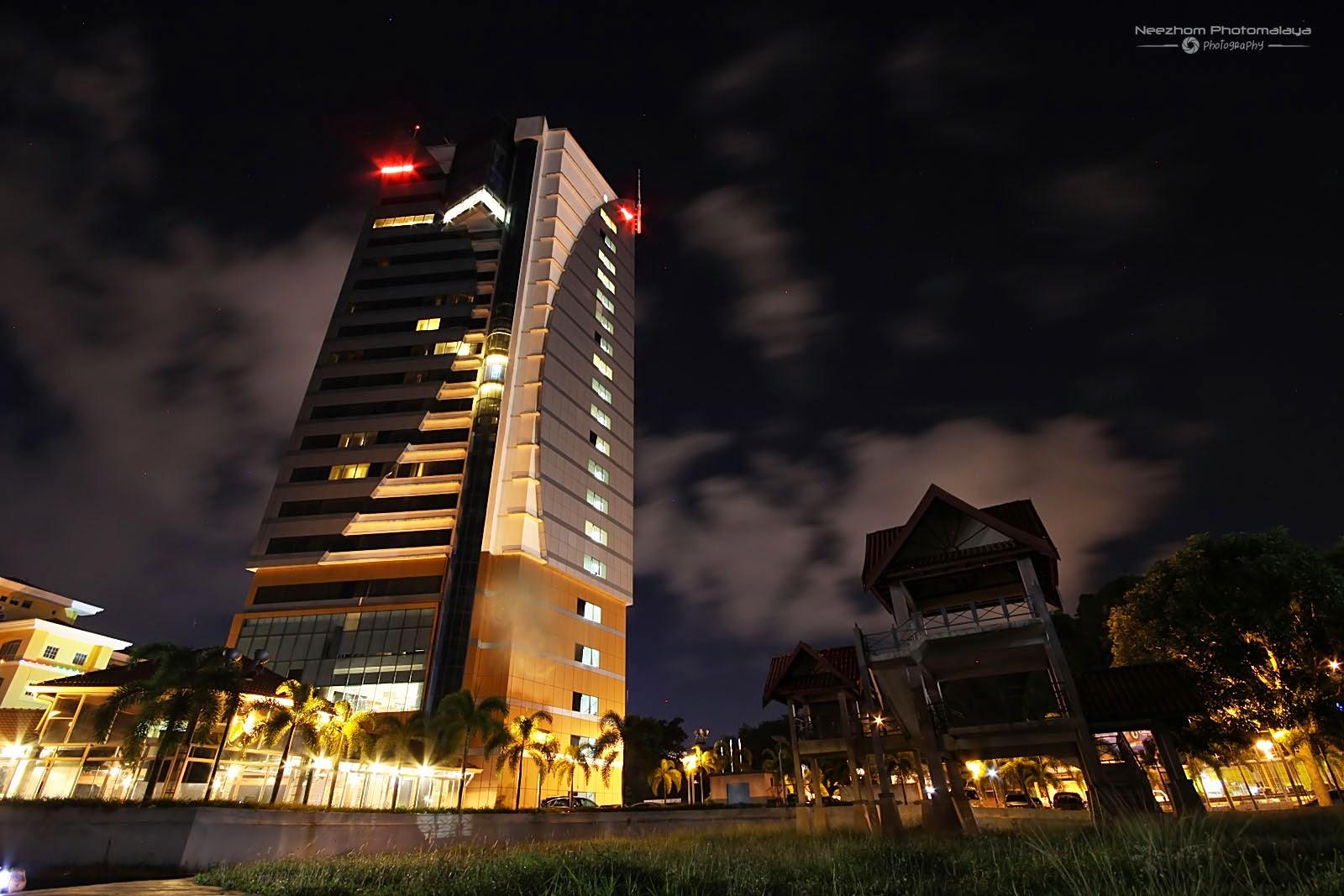 Menara Felda di waterfront Pulau Kambing waktu malam