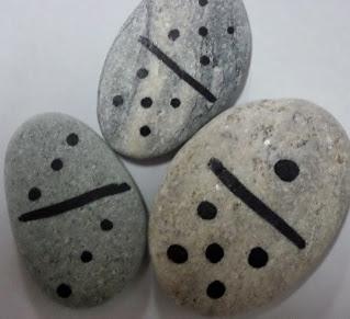 http://manualidadesreciclables.com/16006/domino-con-piedras-y-rotulador