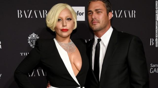 Lady Gaga posa desnuda en la cama con su novio para V Magazine.