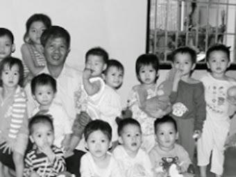 Gương sáng: Chồng an táng 11 ngàn thai nhi, vợ nuôi cả trăm đứa trẻ mồ côi