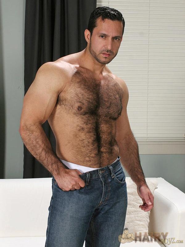 adam é muito forte e peludo um senhor macho
