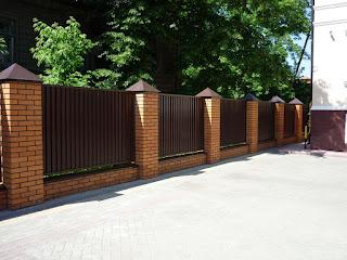 Забор из профлиста с кирпичными столбами. Фото 32