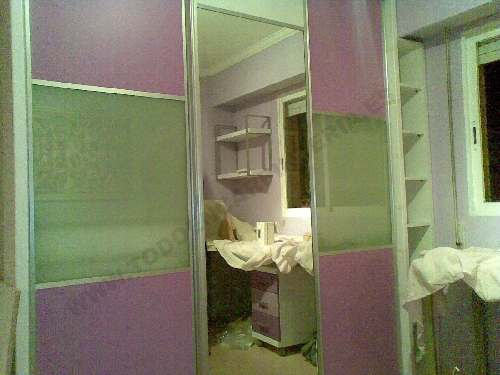 Puertas de armario lacadas de color violeta, con cristal al ácido y espejo.