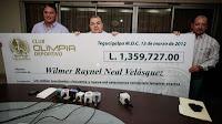 Hombres sosteniendo un gran cheque