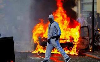 Недавние беспорядки лишь в очередной раз показали, что мультикультурализм не работает в нашем обществе. Беспорядки были вызваны убийством чёрного, который стрелял в полицейского. После мирной демонстрации, чёрные занялись своим любимым делом – грабежами и мародёрством. Во всём Лондоне грабили, воровали, жгли машины, магазины и дома, а также нападали на обычных граждан (в результате чего один пенсионер погиб). Беспорядки распространились и на другие города в Англии, в большинстве из них участвовали чёрные. Как всегда либеральные журналисты попытались замолчать расовую составляющую случившегося, пытаясь убедить всех, что беспорядки были вызваны сокращением бюджета и недостатком рабочих мест для необеспеченных граждан. Эти заявления звучат как шутка! Правда в том, что тем, кто участвовал в беспорядках нужен был только повод для них. Стоит спросить себя, каким образом все эти действия оправдывают смерть человека?