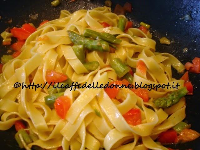 tagliatelle asparagi e pomodori