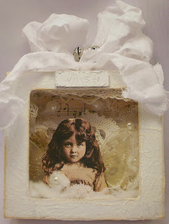 http://anina-papirckalnica.blogspot.com/2013/12/christmas-ornament-or-trash-to-treasure.html