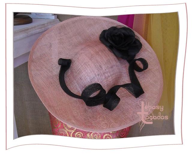 Pamela Lebasy Tocados en tonos rosa y negro, realizada en sinamay