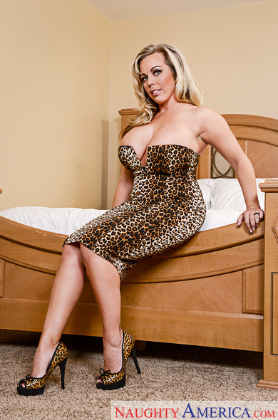 Cougar Milf Amber Lynn Bach unleashing her massively huge tits № 1192465  скачать