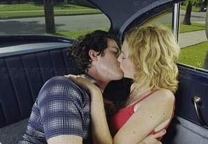image Chicas besándose en el coche