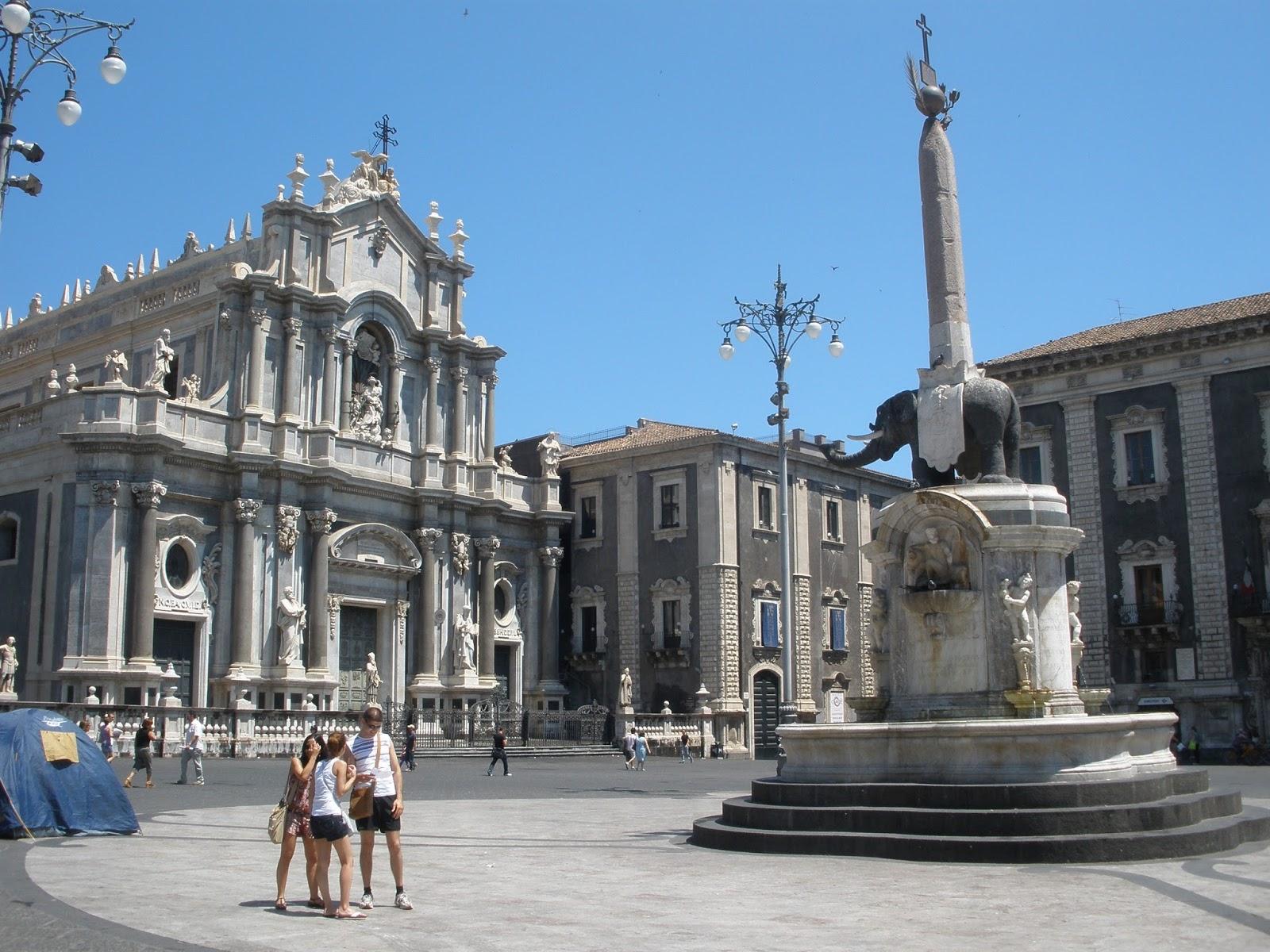 Catedral de Santa Águeda, Duomo de Catania, posee un campanario con un reloj, de una altura de 90 metros.