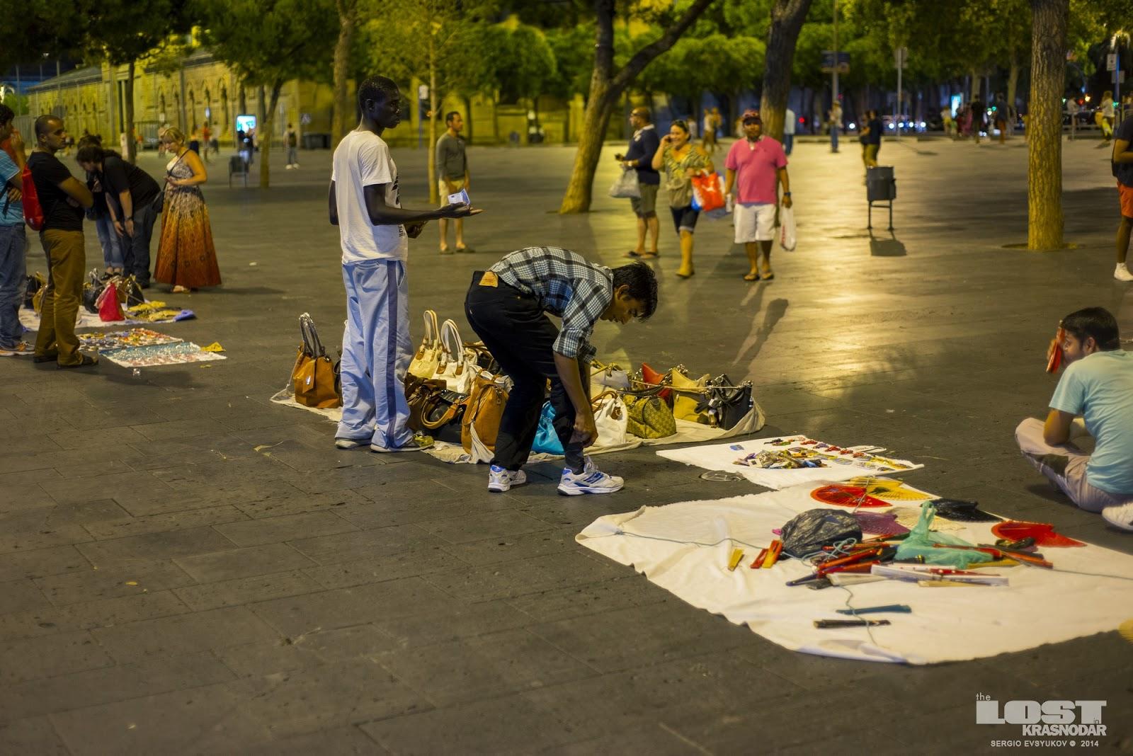 Торгаши продают поддельные товары в Барселоне