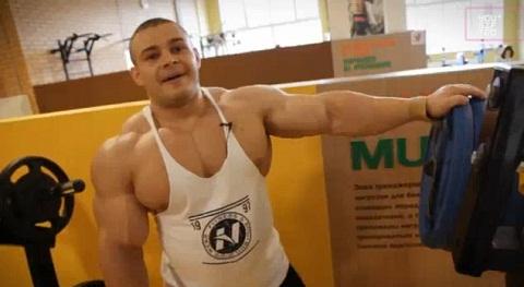 Alexey Lesukov training back and trapezoidal