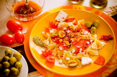 Салат с бантиками и паприко
