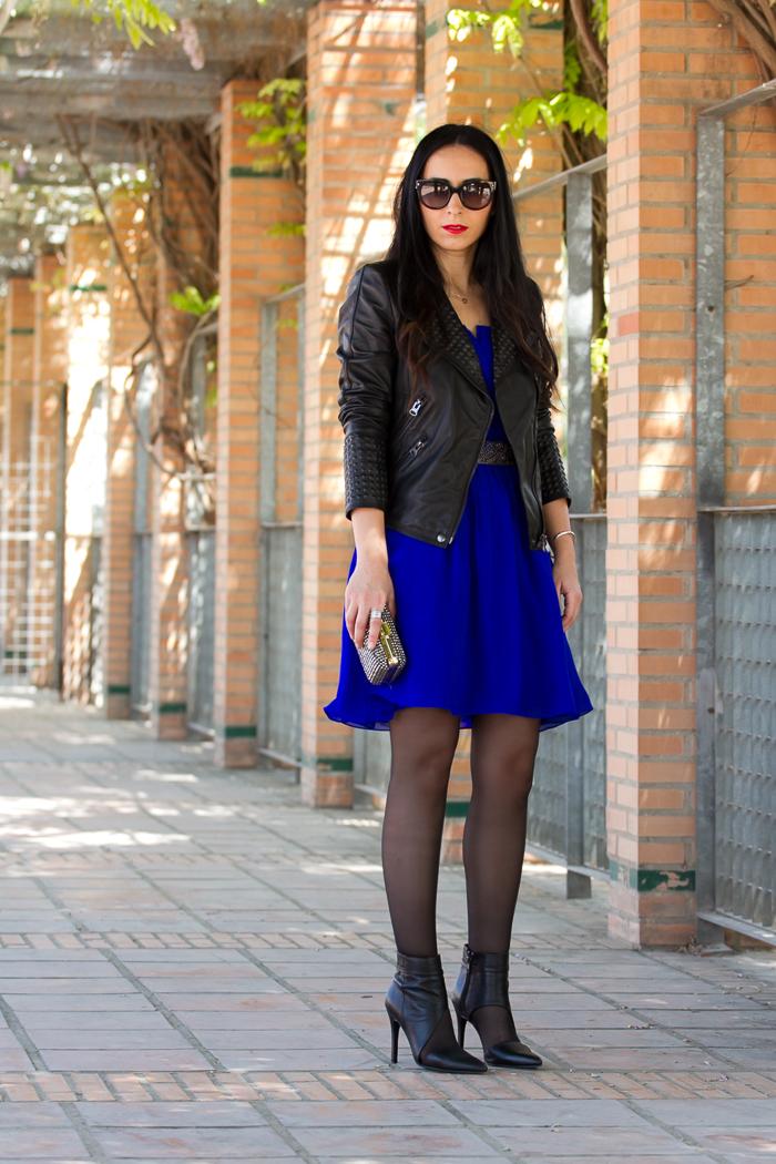 Look estilo rock cañero con mini vestido azul botines y chaqueta perfecto de cuero
