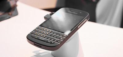 Ya habíamos dicho que todo lo que necesitabaBlackBerry para dar el estirón en ventas era que elQ10 saliera en el mercado. Y esto es más cierto que nunca para el mercado Britanico. Resulta que las ventas en ese país aunque al comienzo fueron bajas,ahora la situación es otra. Según informa Seeking Alpha, el Q10 se está vendiendo tan bien que incluso estaría casi por alcanzar al Samsung Galaxy S4. Michael Collins en su investigación en 15 tiendas encontró diferentes resultados. Eso si, en todas el Q10 se estaba vendiendo mejor que el Z10. Encontró que los compradores de los equipos