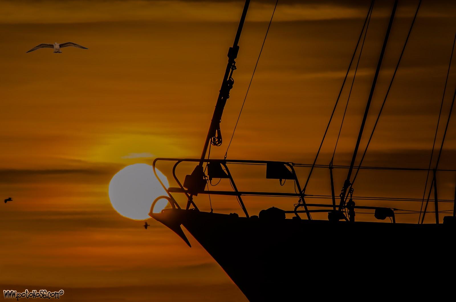 Proa de un yate en marina seca amaneciendo en Rota