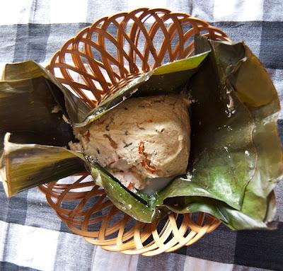 Gedämpftes Tofu in Bananenblätter
