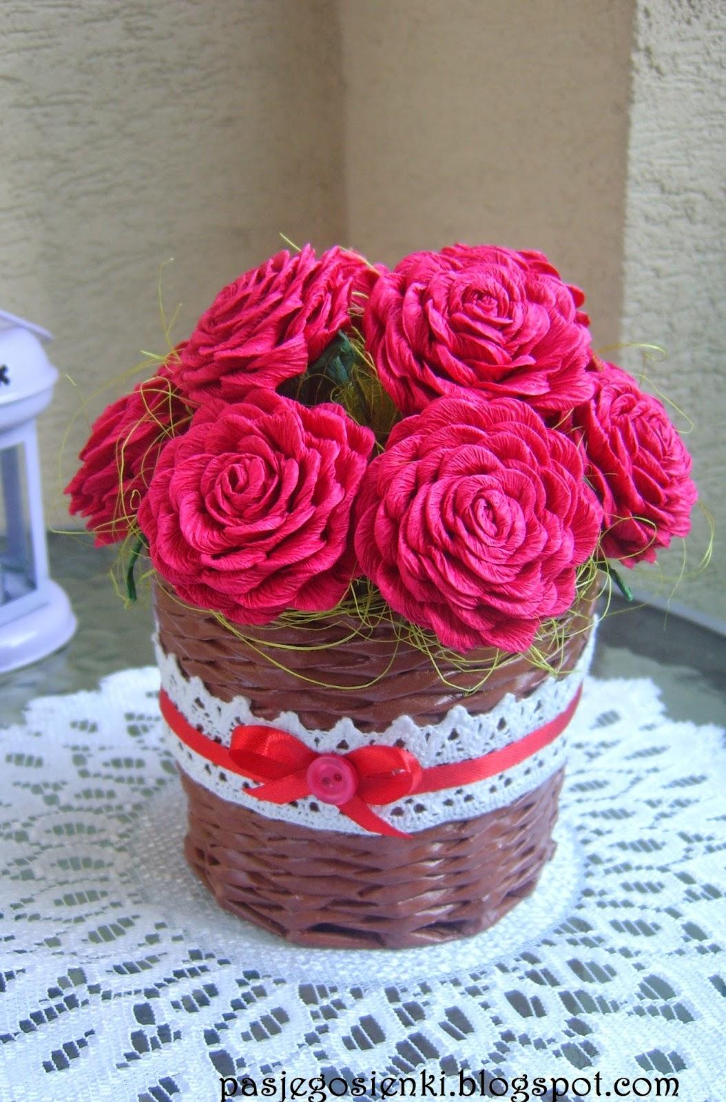 Koszyczek i róże z krepiny