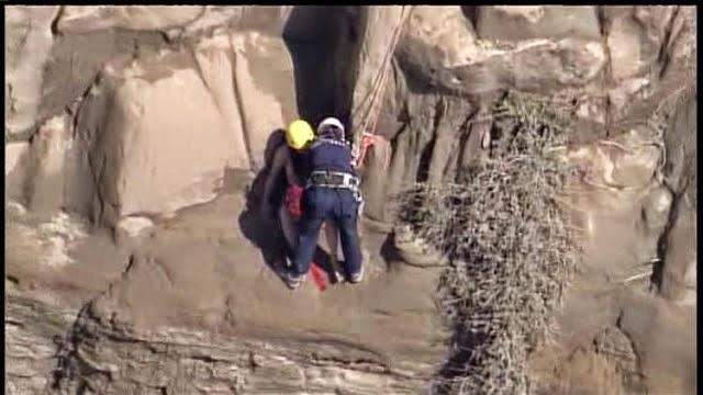 Gadis bogel diselamatkan terperangkap di tepi cerun