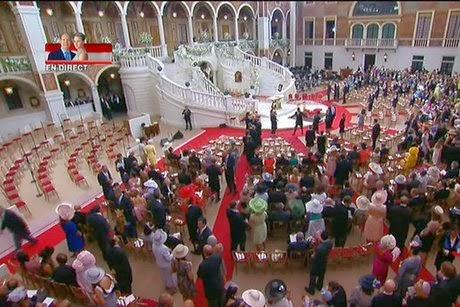 Exclusif albert ii de monaco et charl ne se sont dit for Robes blanches simples pour le mariage de palais de justice