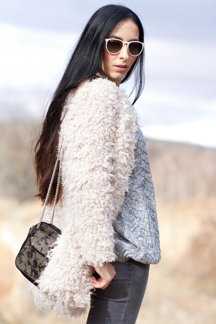 Abrigo de Pelo artificial en color crudo de Zara y Gafas de sol Ray-Ban Erika