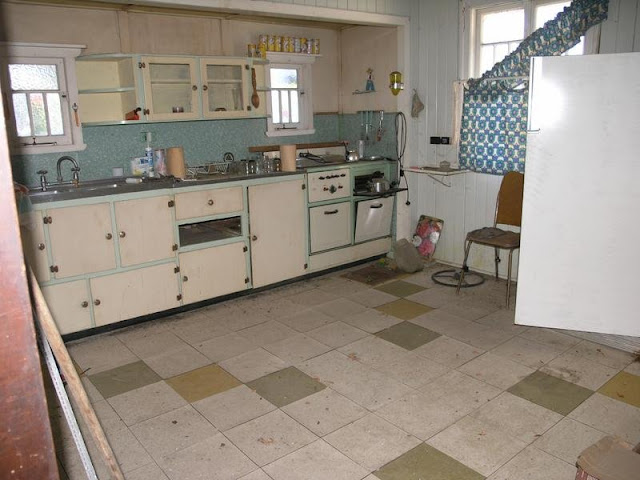 Pre war queensland bungalow gets a modern makeover and a for Kitchen ideas for queenslanders
