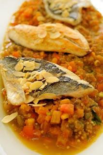 سمك فيليه مقلى مع صلصة الطماطم والباذنجان