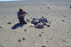 Estudiando  un hito antiguo  en una ruta caravanera, en la quebrada de Quipisca.