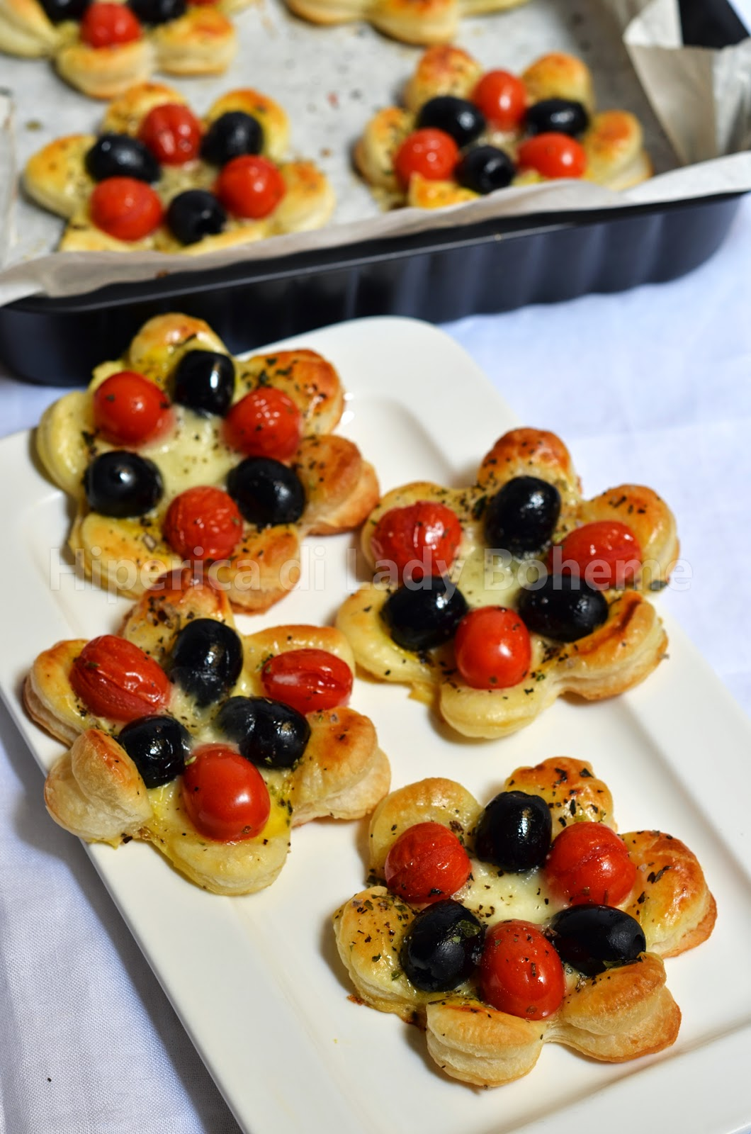 hiperica_lady_boheme_blog_cucina_ricette_gustose_facili_veloci_sfogliatine_salate_alle_olive_e_pomodorini_2