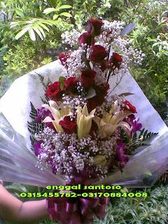 bunga tangan ( fourhand ) mawar merah, lily cassablanca, hand bouquet