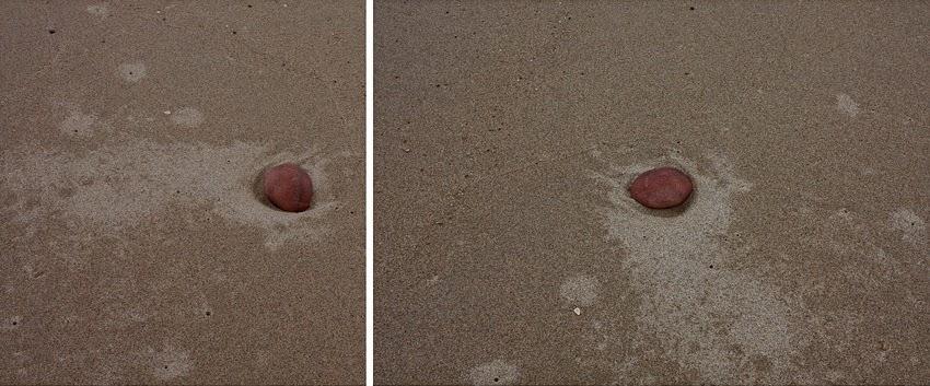 Uma pedra da praia fotografada duas vezes na areia em posições diferentes