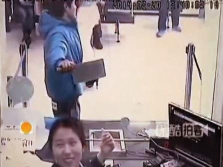 ladron chino asalta con un machete cuchillo