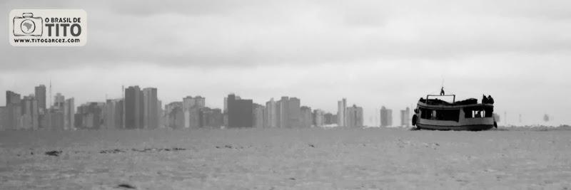 Barco e skyline de Belém vistos da baía do Guajará