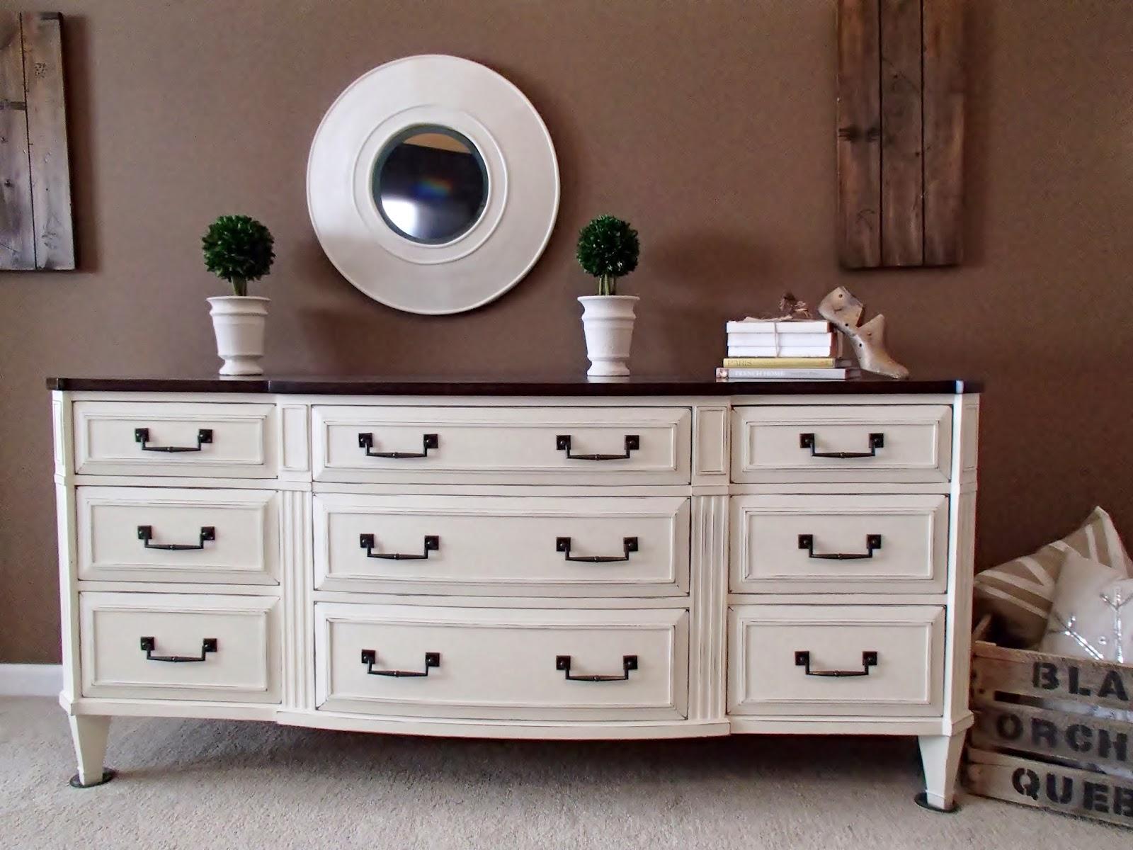 Merveilleux Mahogany Dresser In Old White