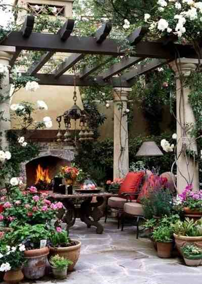 Piękna aranżacja tarasu, meble ogrodowe, kwiaty doniczkowe na taras