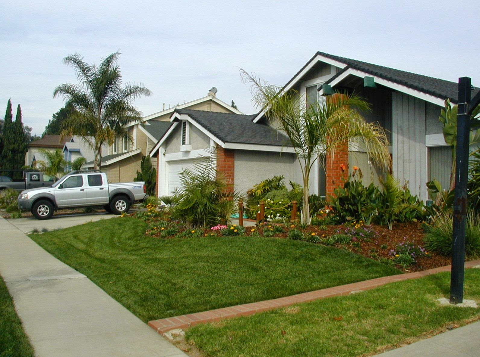 Small front yard landscaping home designs for Small front yard design