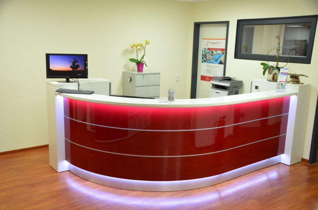 colour up your office empfangstheke in sonderfarbe burgundy braunrot mit led beleuchtung in. Black Bedroom Furniture Sets. Home Design Ideas