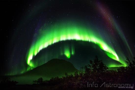 Angin Matahari Membentuk Aurora Cantik di Langit Rusia