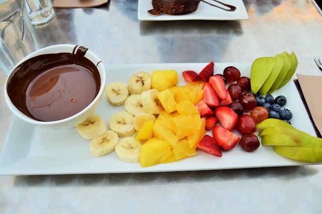 Fruits frais et fondue au chocolat Juliette et Chocolat