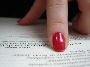 Czerwone paznokcie.